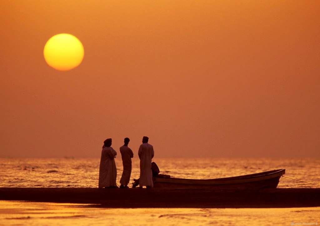 Omanis Sonnenuntergang am Strand